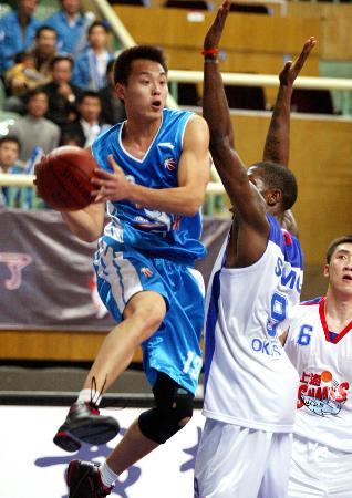 图文-[CBA]上海103比90胜福建龚松林跃起分球