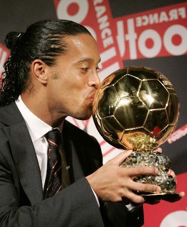 图文-小罗获选欧洲足球先生深情亲吻金球奖