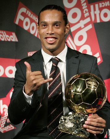 图文-小罗获选欧洲足球先生现场展示金球奖杯