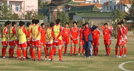 图文-中国U19国家队在琼集训贾秀全带领队员训练