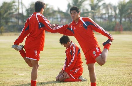 图文-中国U19国家队在琼集训足球场上积极训练