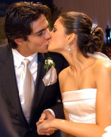 图文-巴西球星卡卡举行婚礼卡卡热吻新娘