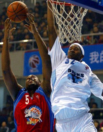 图文-[CBA]北京89-102新疆科尔曼身大力不亏