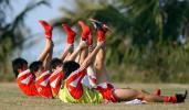 图文-U19国青队结束海南集训队员做拉伸练习