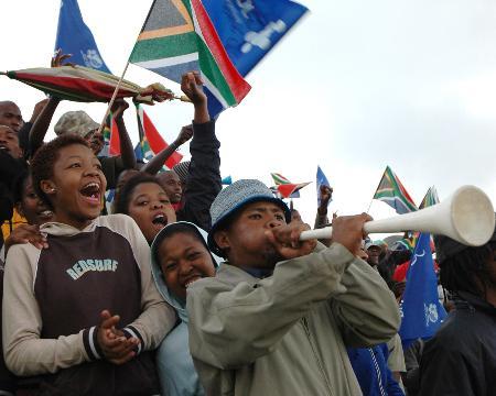 图文-南非八国赛国青获首胜热情的南非球迷加油