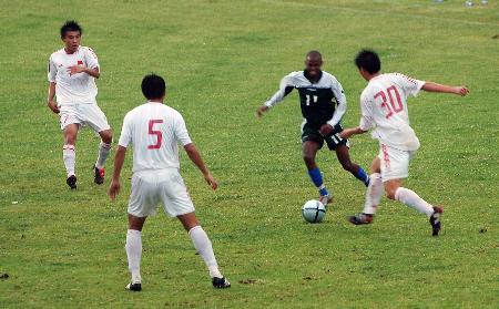 图文-南非八国赛国青获首胜以三挡一人员有优势