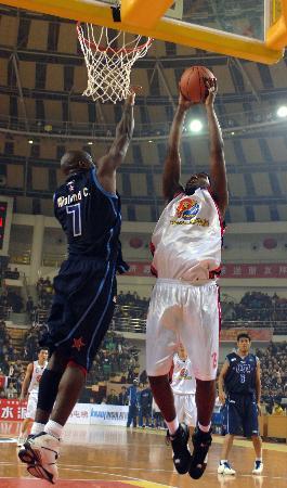 图文-中韩男篮明星赛中国济源站安东尼篮下显优势