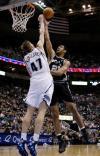 图文-[NBA]马刺79-70爵士邓肯怒吼飞身抓篮板