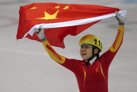 图文-王�髡�得中国冬奥首金冰场只剩一抹火红
