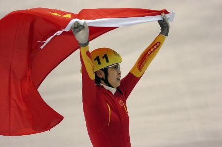图文-王�髡�得中国冬奥首金夺冠欢呼国旗飘扬