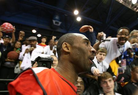 图文-NBA东西部全明星开练科比轻松步入球场