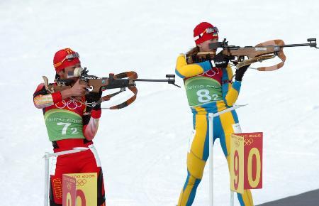 图文-冬季两项4×6公里接力赛孙日波在比赛中射击