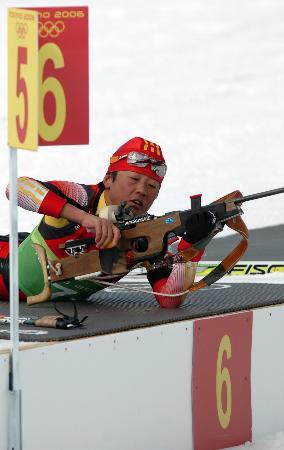 图文-冬季两项4×6公里接力赛孙日波准备射击