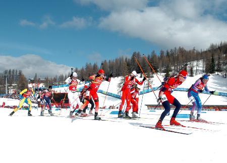 图文-冬季两项子4×6公里接力赛参赛选手争先恐后