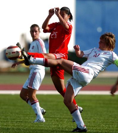 图文-[阿杯]中国队6-0大胜丹麦张娜夹击中拼抢