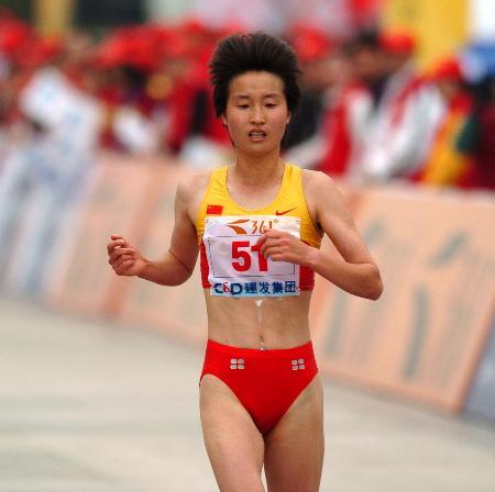 图文-厦门国际马拉松赛鸣枪孙伟伟一马当先