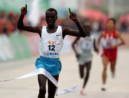 图文-厦门国际马拉松赛鸣枪卡玛看到胜利曙光