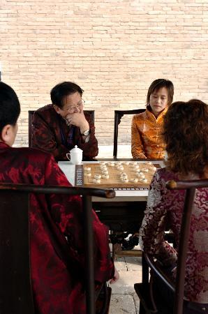 4月11日,象棋特级大师胡荣华(后左)与伍霞在山西省榆次举...