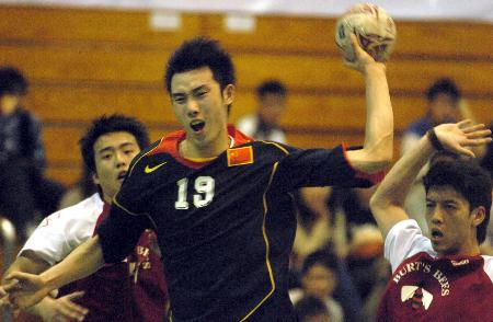 图文-手球邀请赛中国击败中国香港苗青打门