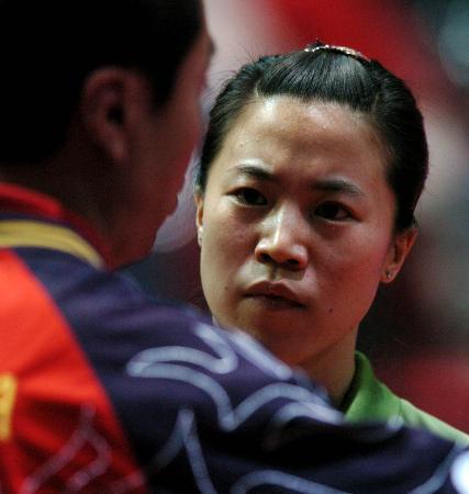世乒赛中国女队完胜进决赛王楠聆听指导