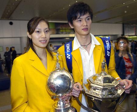 图文-中国羽毛球队携汤尤杯凯旋谢杏芳鲍春来合影