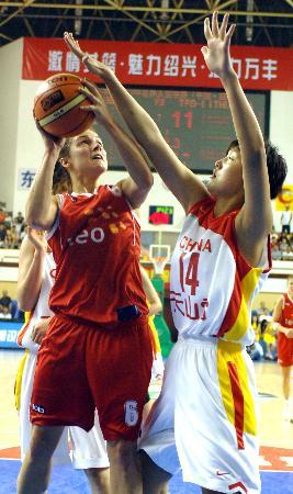 世界女篮联赛中国队夺冠张晓妮防守对方球员
