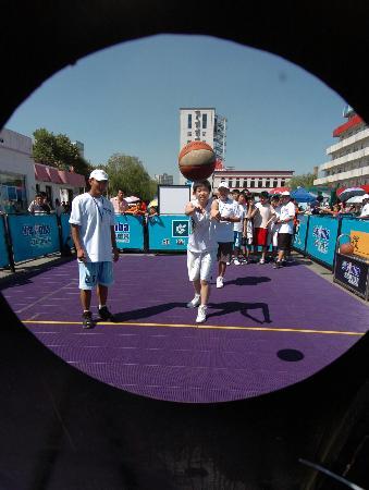...术测试.当日,为期两天的2006年少年NBA技术挑战赛哈尔滨站