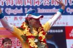 图文-环青海湖赛第六赛段战况亚林吉挥手致意