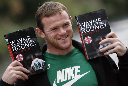 8月10日,鲁尼与自己的新书一起合影.鲁尼在书中讲述...