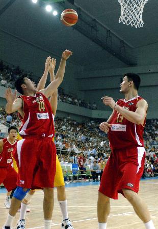 图文-[斯杯]中国63-61澳大利亚中国队的篮下双塔