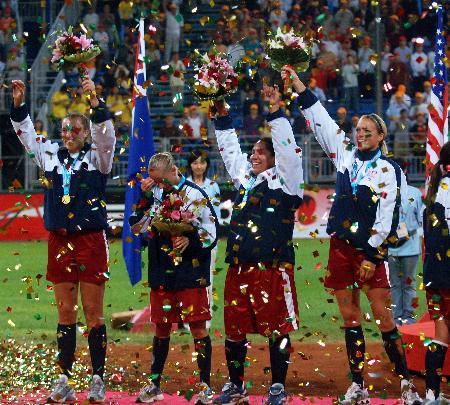 图文-美国队获垒球世锦赛冠军向观众致意