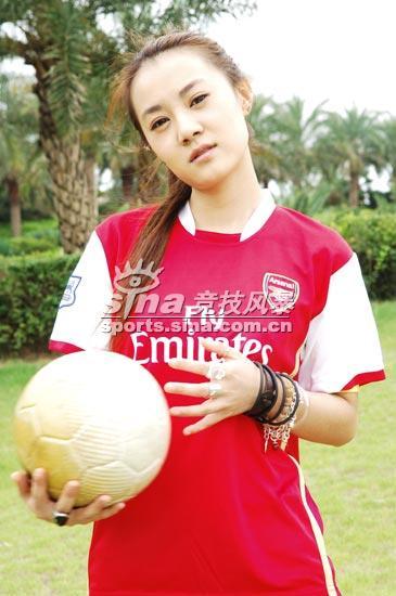 图文-超女阿RE支持阿森纳想和我切磋一下球技麽?