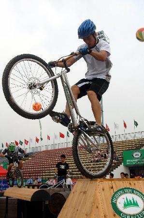 图文-第七届全国极限运动大赛开赛单车起立绝技