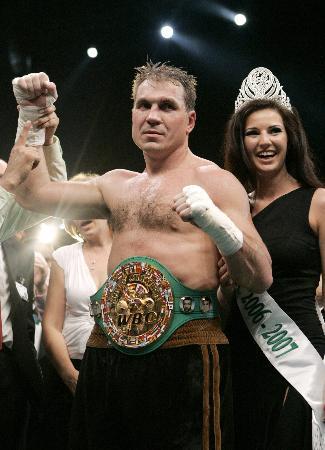 图文-马斯卡耶夫卫冕重量级拳王戴上金腰带