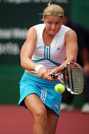 图文-WTA广州公开赛第二轮萨芬娜大力回球