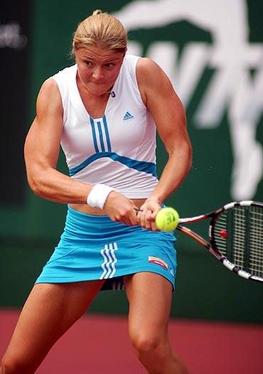 图文-WTA广州公开赛第二轮萨芬娜晋级八强