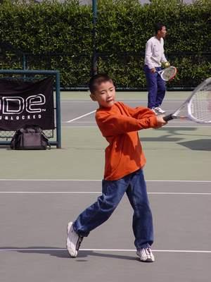 美女教练喜力公开赛免费教导小球迷打网球(图)