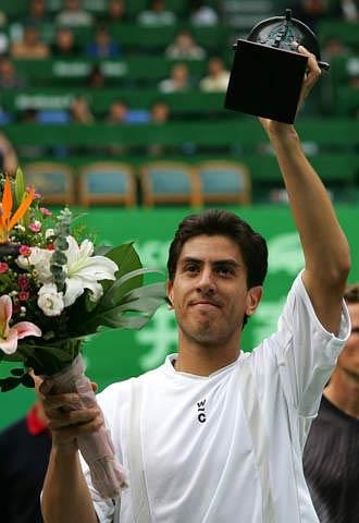 图文-上海喜力网球赛男单卡那斯夺冠高举奖杯