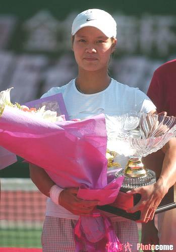 图文-WTA广州赛李娜夺冠改写历史李娜手捧奖杯