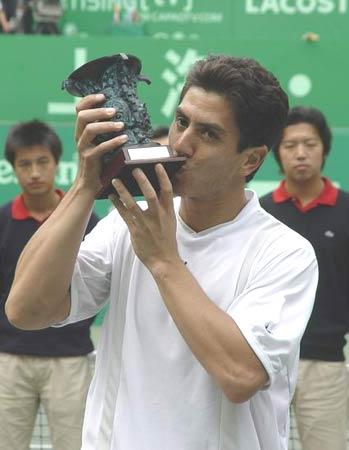图文-上海喜力赛卡纳斯夺冠奖杯滋味不错
