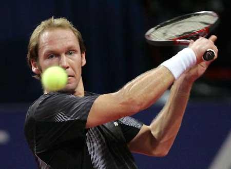 图文-瑞士室内网球公开赛首日舒特勒正手回球