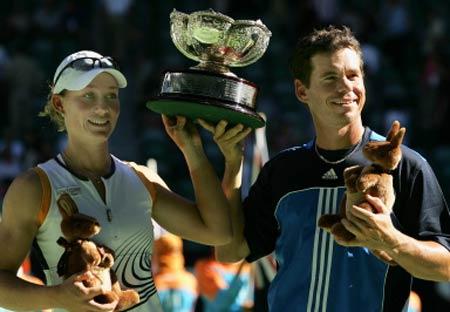 图文-本土组合夺澳网混双冠军新科冠军高举奖杯