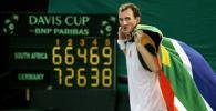 图文-戴维斯杯世界组第三日穆蒂身披国旗庆祝胜利