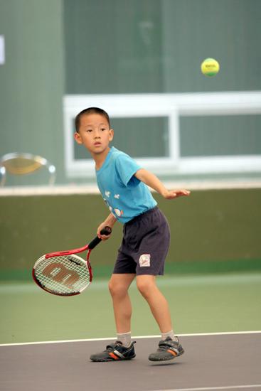 图文-北京网球节少儿网球比赛 我穿足球鞋打网