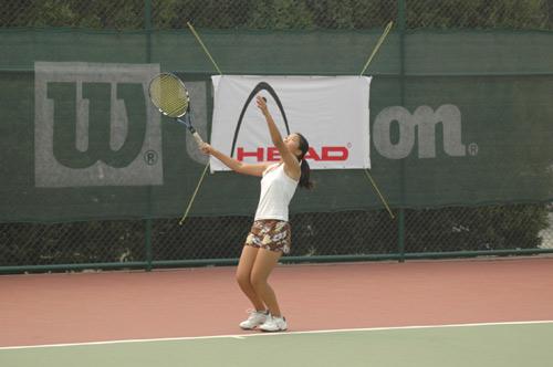 图文-05北京网球节比赛精彩瞬间 标准的发球动作图片