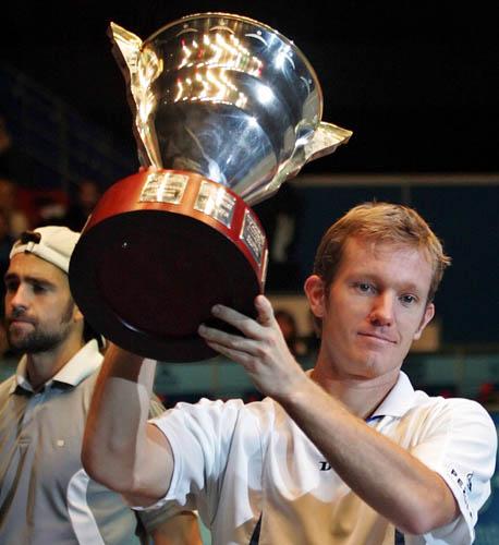 图文-圣彼得堡公开赛托-约翰森夺冠约翰森高举奖杯