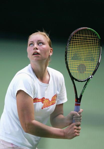 图文-众网球女将备战新赛季兹沃娜列娃看准来球