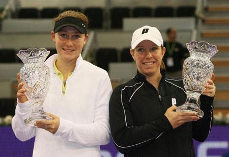 图文-WTA总决赛雷蒙德/斯托瑟女双夺冠捧起奖杯