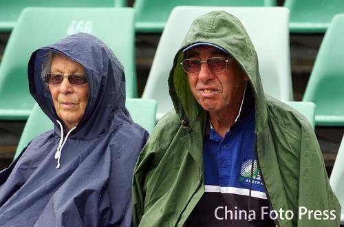 图文-澳网球迷雨中观战忠实的老球迷不愿离去