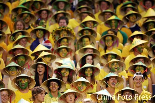 图文-澳网球迷雨中观战莫里克粉丝服装整齐划一